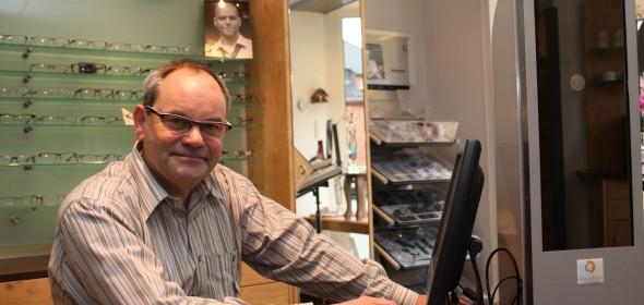 Augenoptikermeister Andreas Luther mit dem Video-Zentriergerät für eine optimale Brillen-anpassung.