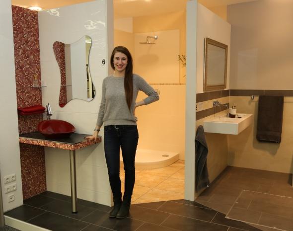 Diana Vos zeigt eine kreative Badlösung in der Ausstellung. Sie ist Auszubildende zur Kauffrau im Einzelhandel im zweiten Lehrjahr bei Normann.