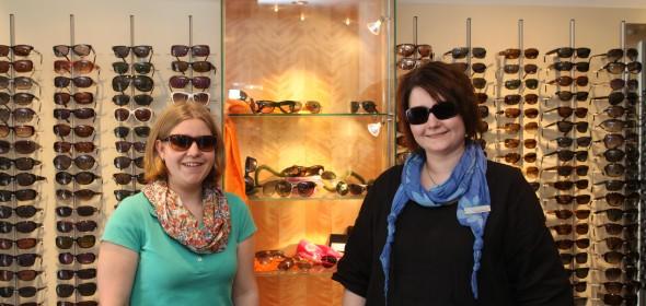 Eicke Nuppenau und Simone Schulze zeigen aktuelle Mode für den Sonnenschutz.