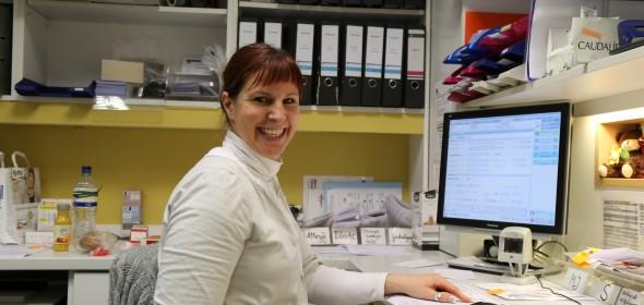 Die Pharmazeutisch-Kaufmännische Assistentin Britta Schlichting überprüft die Lieferungen