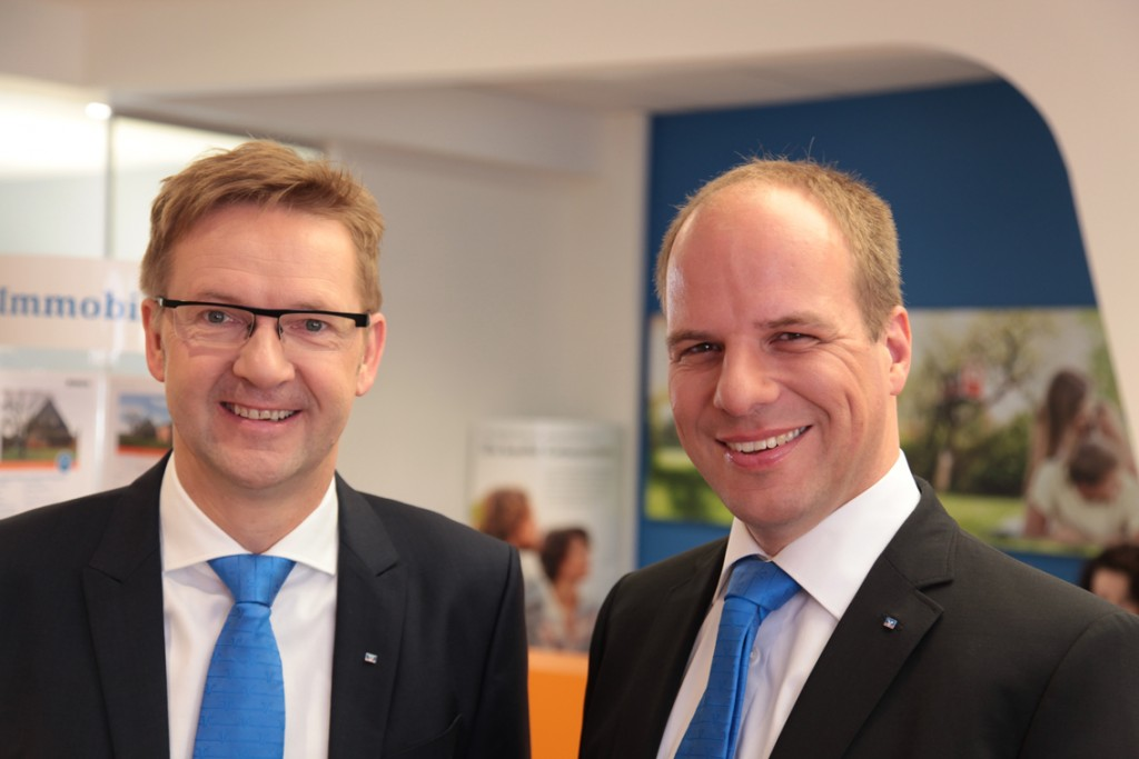 Die Vorstände Stefan Lohmeier (l.) und Matthias Behr im neuen Immobilienzentrum der Bargteheider Bank. Foto: Raiba
