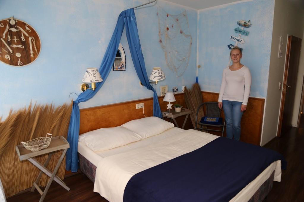 Lisa Jaacks zeigt das Strandzimmer. Sie absolviert eine Ausbildung als Fachkraft fürs Gastgewerbe im Hotel.