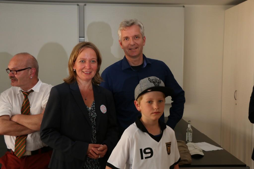 Birte Kruse-Gobrecht, Sohn Karl und Lebensgefährte Bernd Gundlach verfolgen die Wahlergebnisse im Ratssaal.